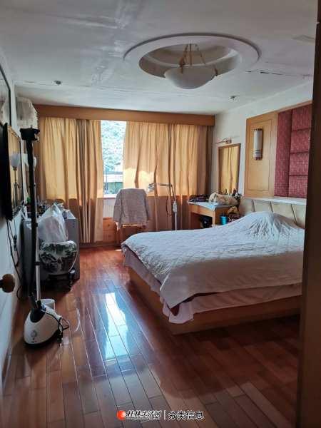 象山区黑山植物园旁边6楼3房2厅1卫,110平方米,天面可以用110平方米