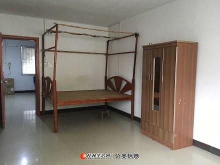 北极广场旁凤东小区二楼二房一厅750元