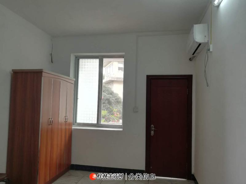 漓江畔,老汽站正对面环保局宿舍2楼,家电家具齐全,拎包入住,带20平米的大露台