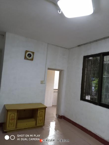非中介出租铁西两房一厅带杂物间。