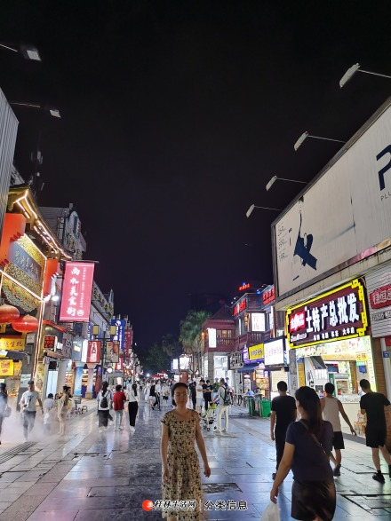 市中心秀峰区解放东路东西巷旁边的正阳步行街商铺