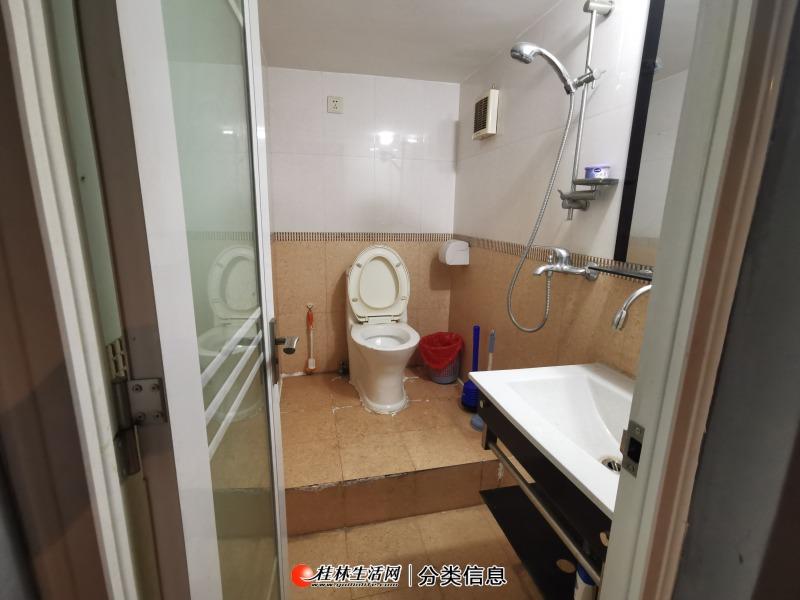 北极广场电梯5楼C,多间办公室出租,1200-1600元