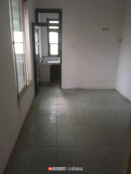 兴荣花园旁桂林银行楼上3楼,1室1厅,空房,带30平米的露台
