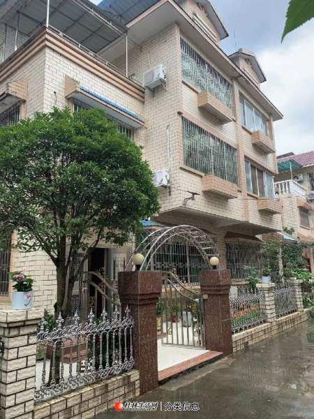 临桂市政府旁420平别墅8房5卫 两个露台三个车位 加60万装修 现今低价急售155万  好房要考抢