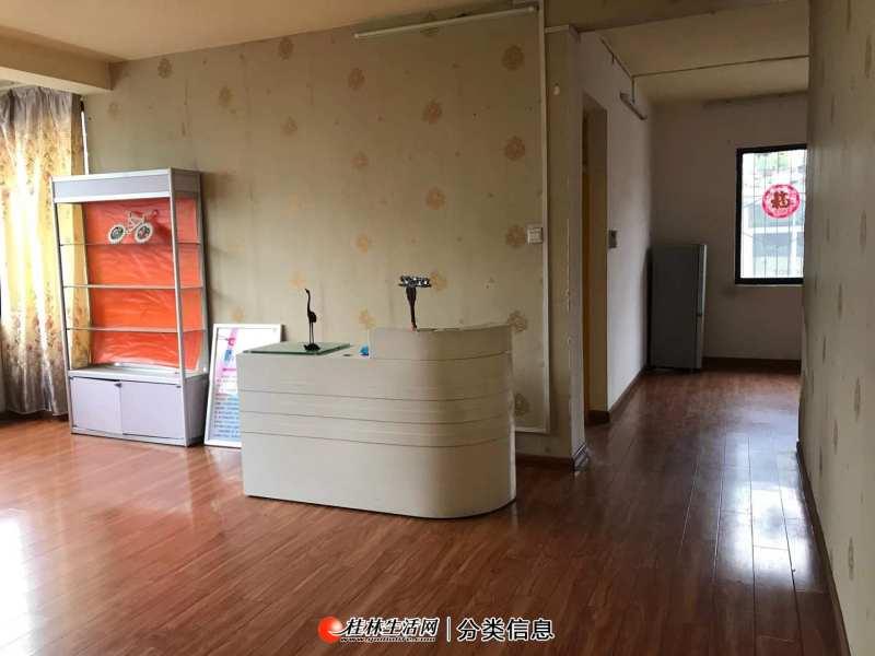 叠彩区市中心博爱医院旁3房2厅2卫110平米
