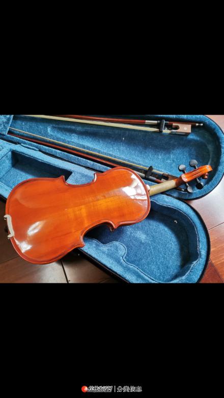 """9成新1/8小提琴一把,配两把弓,送两块松香。 感兴趣的话点""""我想要""""和我私聊吧~"""