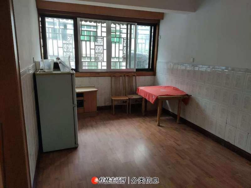 香桂苑小区精装三房两厅四楼,1450月。
