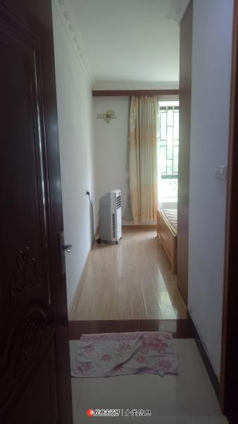 西凤路尾理想岭域4楼步梯3房2厅家电家具齐全拎包入住2000元