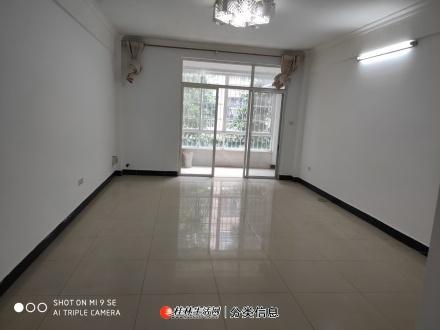 临桂甲天下步行街步梯二楼。137平四房两厅,精装修仅售54万。